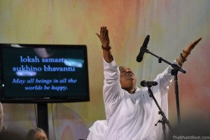 Amma blessing all beings. Om Lokah Samastah Sukhino Bhavantu